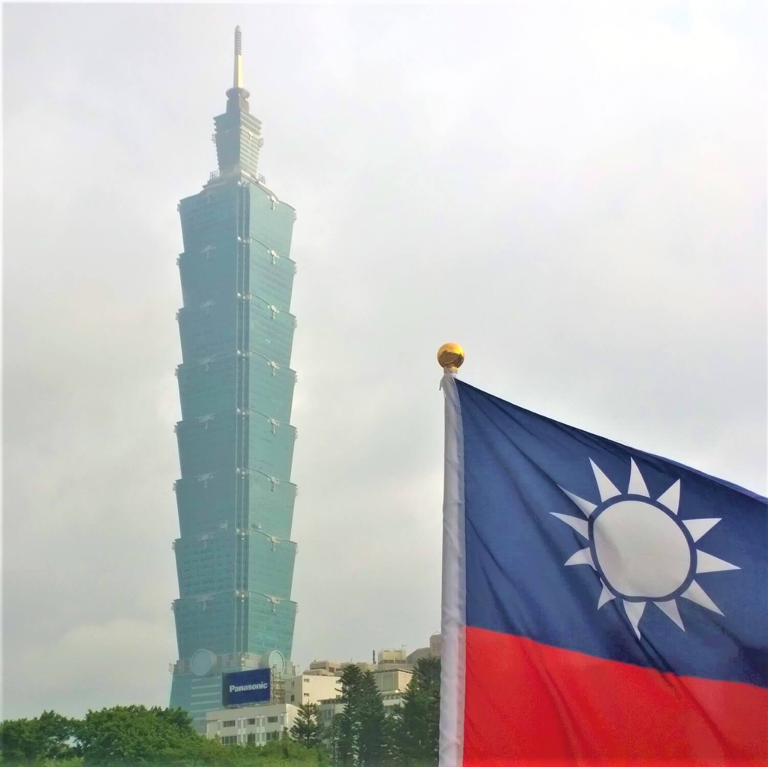The flag of Taiwan and the Taipei 101