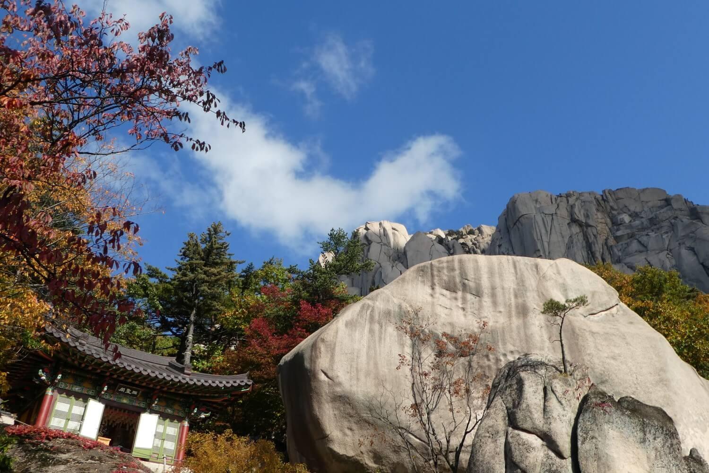 The beautiful Seoraksan National Park in autumn